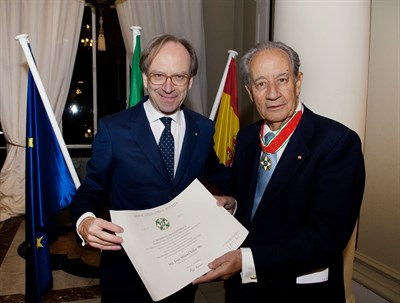15.12.03. Juan -Miguel Villar Mir Recibe La Condecoración Del Embajador De Italia