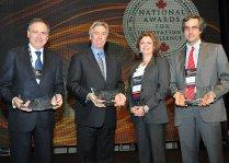 Imagen que muestra la entrega del premio otorgado por Canadian Council for Public-Private Paternships al Centro Hospitalario de la Universidad de Montreal