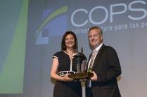 Imagen que muestra la entrega del premio al mejor programa de Responsabilidad Social Corporativa, el proyecto Escuela de Chile