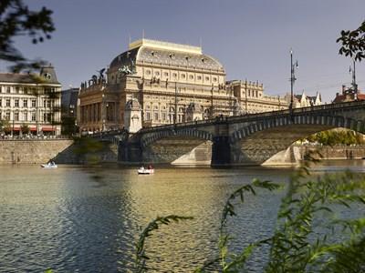 16.09.01 OHL Reconstruye La Fachada Del Teatro Nacional De Praga