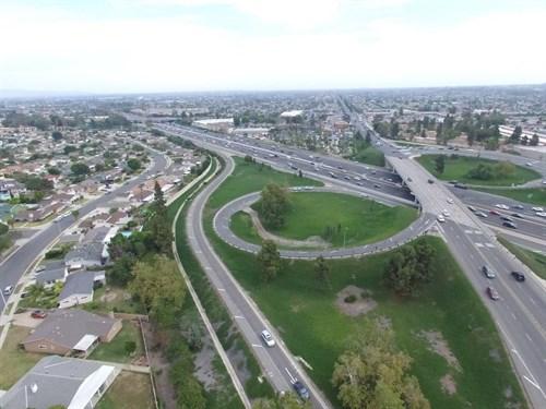 Vista aérea de la I-405, el mayor contrato de OHL en EEUU.